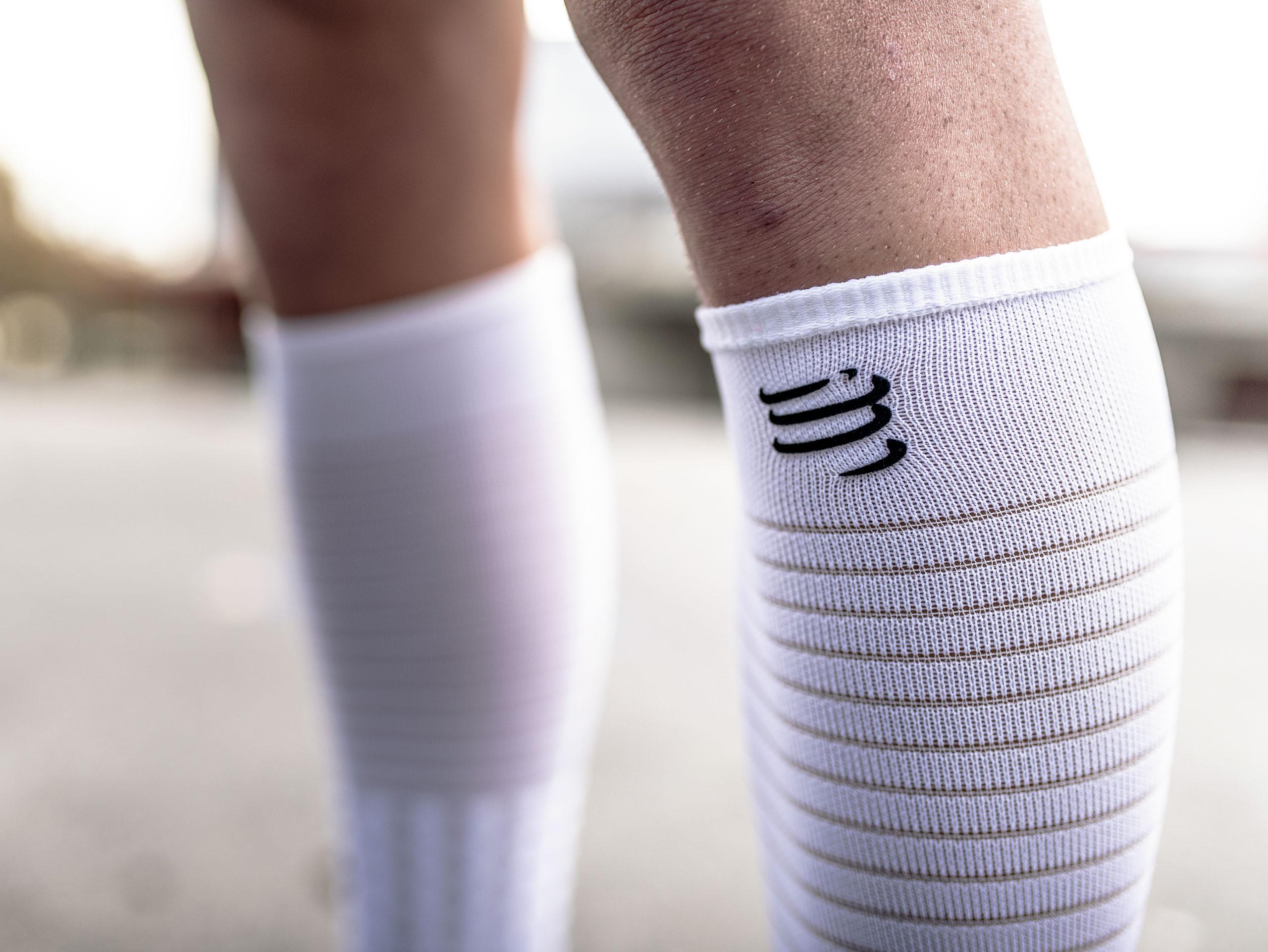 Calcetines altos de carrera y recuperación blancos